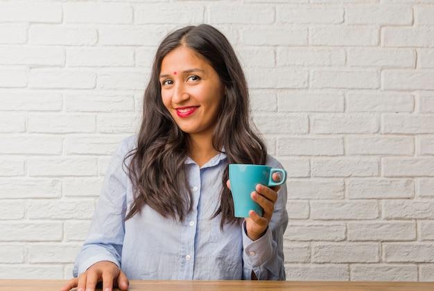 Giovane donna indiana allegra e con un grande sorriso, fiducioso, amichevole e sincero