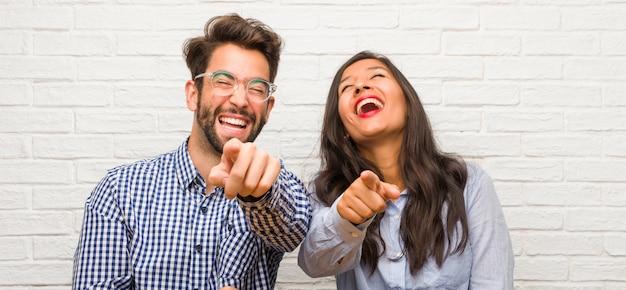 Giovane donna indiana e gridare delle coppie dell'uomo caucasico