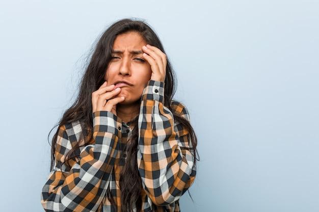 Giovane donna indiana fresca che si lamenta e che piange sconsolata.