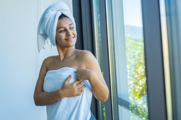 Giovane donna indiana in asciugamano