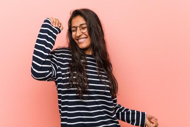 Giovane donna indiana intellettuale ballare e divertirsi.