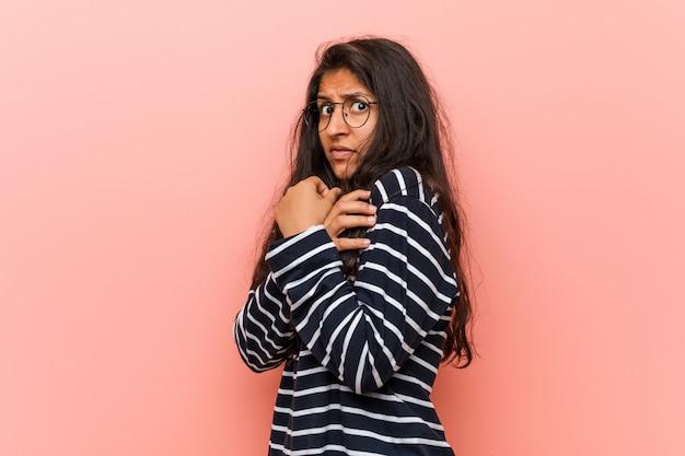 Giovane donna indiana intellettuale spaventata e impaurita.