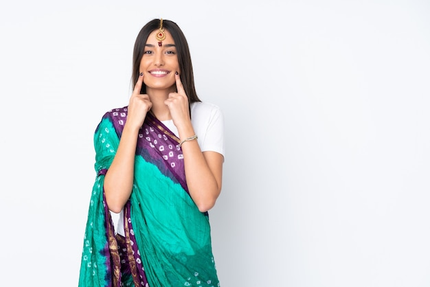 Giovane donna indiana isolata su bianco
