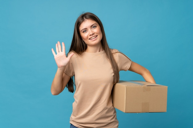 Giovane donna isolata in possesso di una scatola per spostarlo in un altro sito e salutare