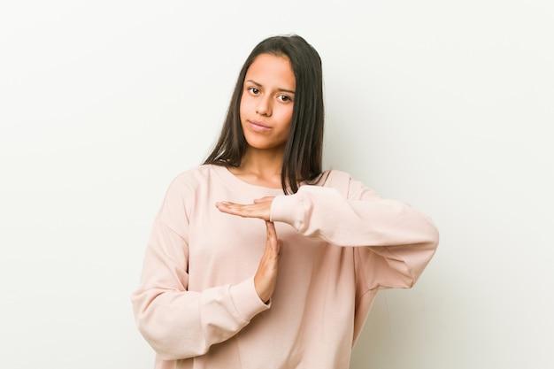 Giovane donna ispanica sveglia dell'adolescente che mostra un gesto di timeout.
