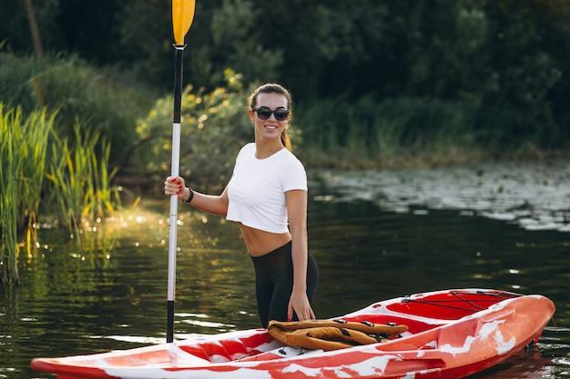 Giovane donna kayak sul lago