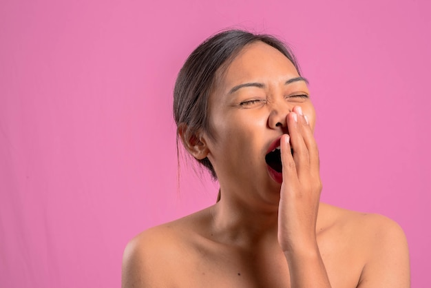 Giovane donna latina asiatica in buona salute. female emozioni diverse su uno sfondo rosa.