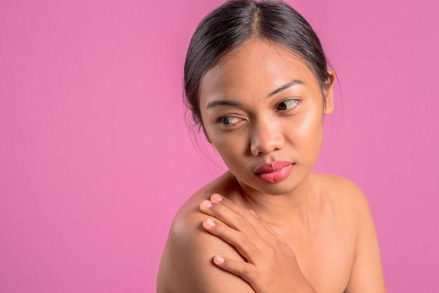 Giovane donna latina asiatica in buona salute.