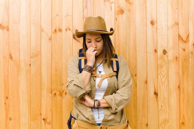 Giovane donna latina esploratrice