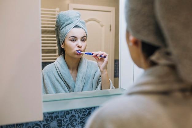 Giovane donna lavarsi i denti