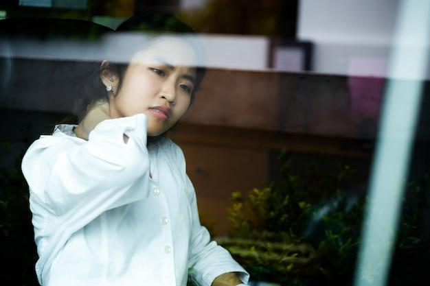 Giovane donna lavoratrice stanca di lavorare