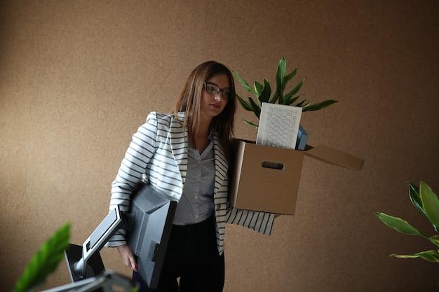 Giovane donna licenziata dal lavoro