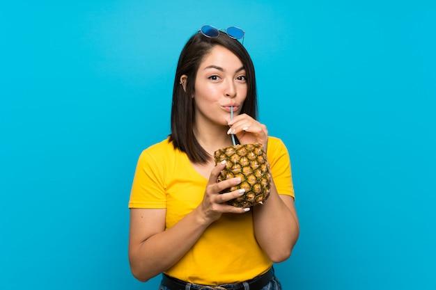 Giovane donna messicana sopra il blu isolato
