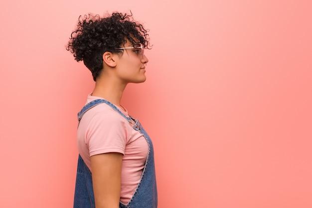 Giovane donna mista dell'adolescente dell'afroamericano che guarda a sinistra, posa lateralmente.