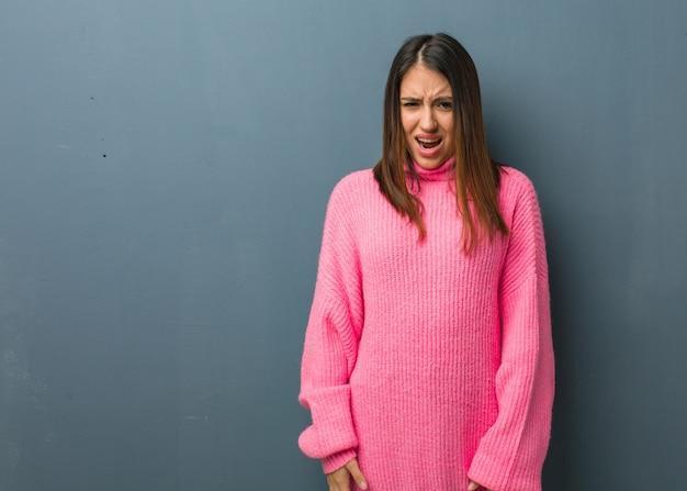 Giovane donna moderna che grida molto arrabbiato e aggressivo