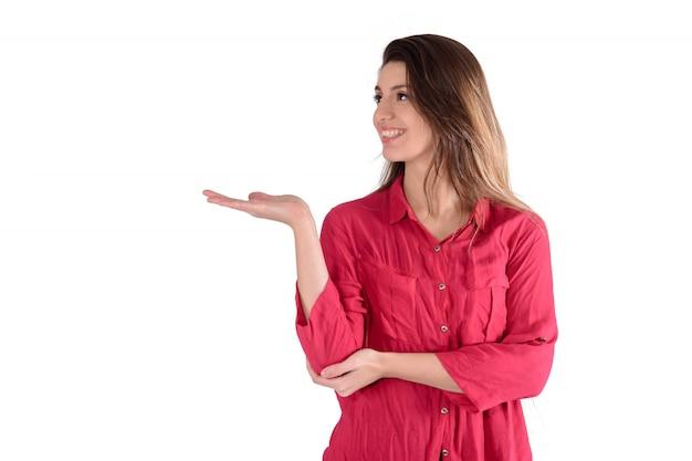 Giovane donna mostrando qualcosa.