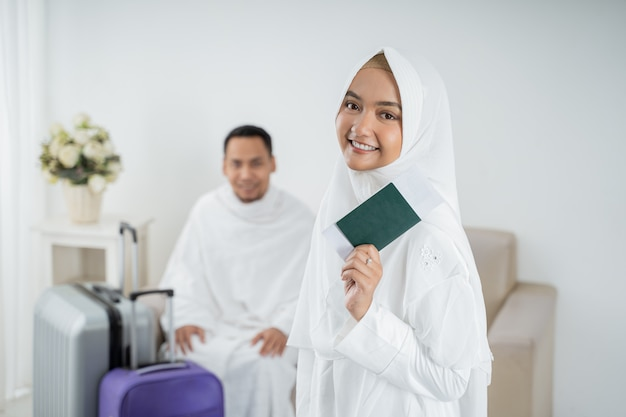 Giovane donna musulmana che sta davanti a suo marito prima di umrah