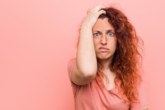 Giovane donna naturale e autentica rossa scioccata, ha ricordato un incontro importante.