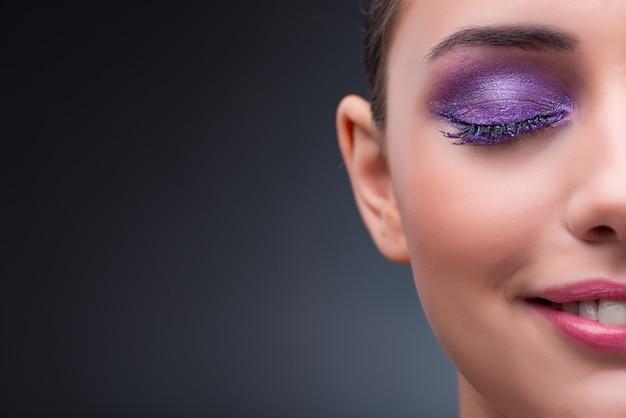 Giovane donna nel concetto di bellezza con un bel make-up