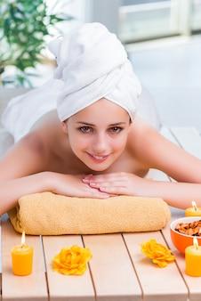 Giovane donna nel concetto di salute spa