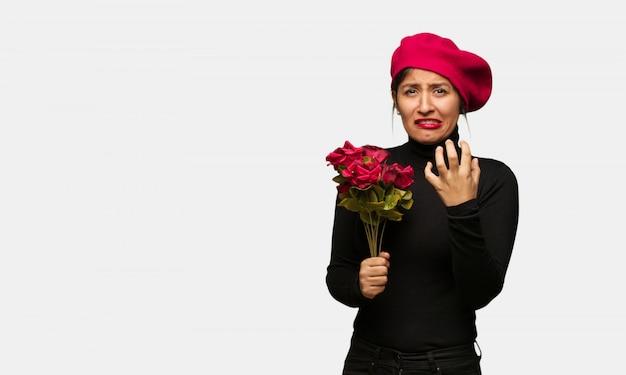 Giovane donna nel giorno di san valentino molto spaventato e spaventato