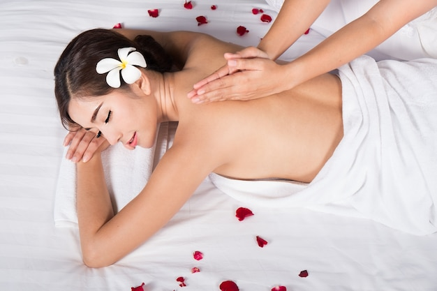 Giovane donna nel salone di massaggio termale