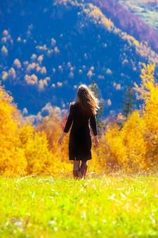 Giovane donna nella foresta di autunno