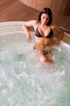 Giovane donna nella vasca idromassaggio