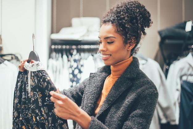 Giovane donna nera che fa spesa in un negozio