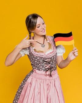 Giovane donna orgogliosa della bandiera tedesca