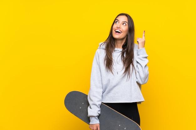 Giovane donna pattinatrice che intende realizzare la soluzione mentre alza un dito