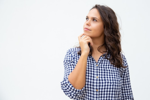Giovane donna pensierosa che osserva da parte