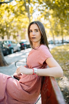 Giovane donna pensierosa preoccupata e in attesa di qualcuno nel parco. emozione umana espressione del viso, sentimento, linguaggio del corpo di reazione. concetto emotivo.
