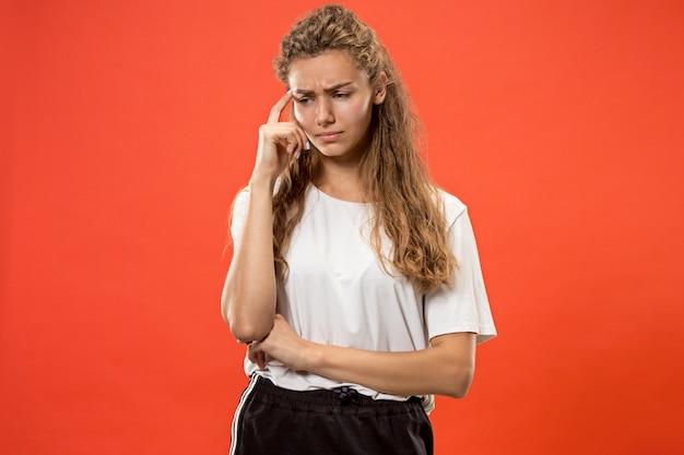 Giovane donna pensosa seria. concetto di dubbio.
