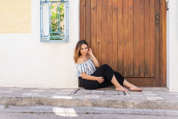 Giovane donna per le strade di una città spagnola di provincia