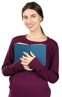Giovane donna piacevole che legge un libro blu isolato sul bianco
