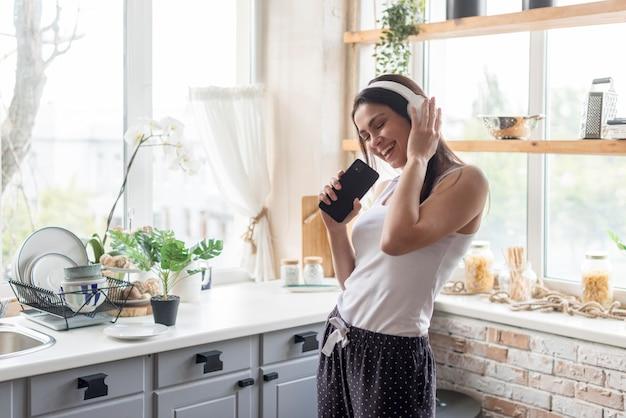 Giovane donna positiva che ascolta la musica