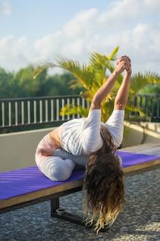 Giovane donna pratica dello yoga