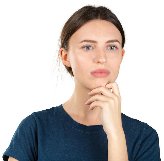 Giovane donna premurosa che daydreaming isolato su bianco