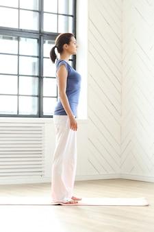 Giovane donna pronta a fare esercizi di yoga