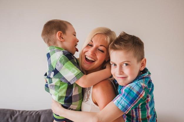 Giovane donna ridendo con i suoi figli