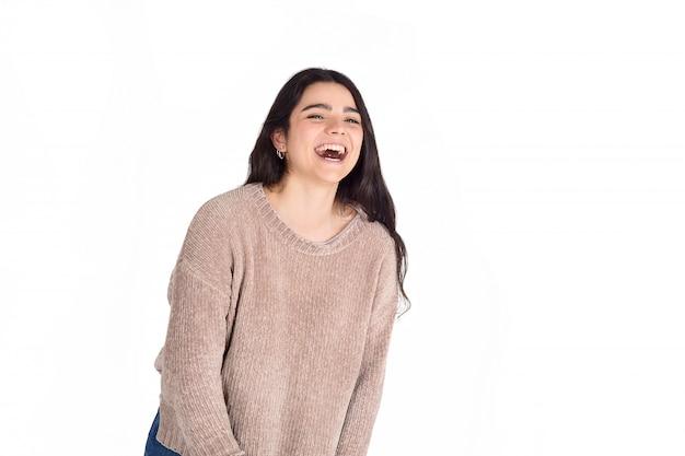Giovane donna ridendo.