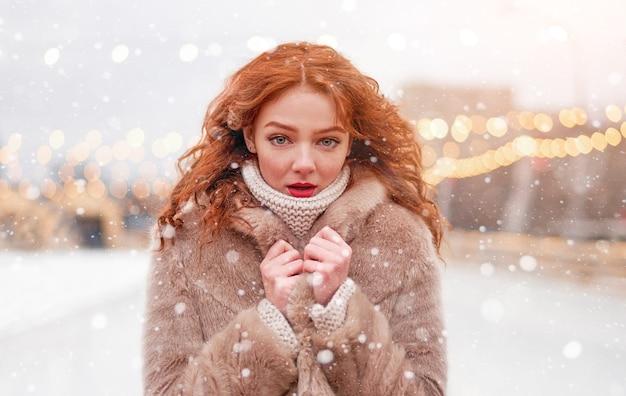 Giovane donna rossa tempo di vacanze invernali
