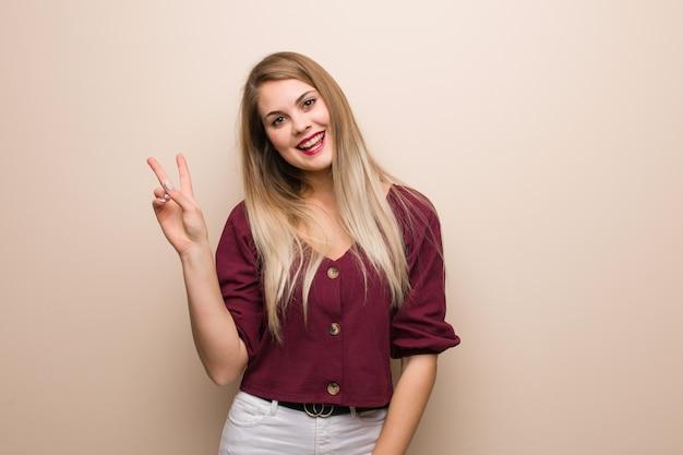 Giovane donna russa che fa un gesto di vittoria