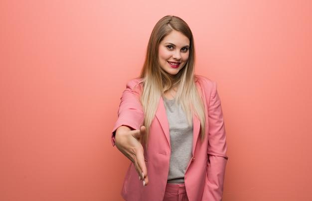 Giovane donna russa che indossa il pigiama proteso a salutare qualcuno