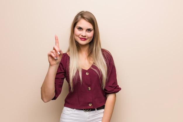Giovane donna russa che mostra numero uno