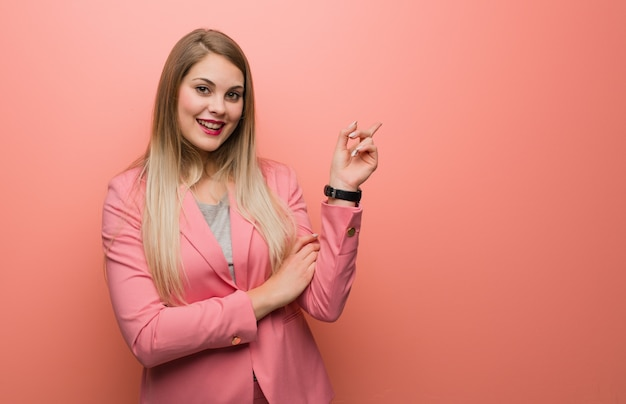 Giovane donna russa che porta pigiama che indica il lato con il dito