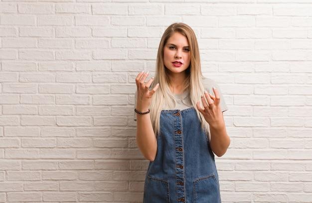 Giovane donna russa dei pantaloni a vita bassa arrabbiata e turbata