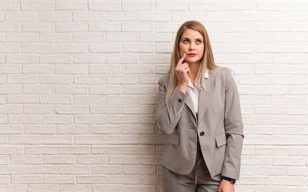 Giovane donna russa di affari che tiene qualcosa con le mani