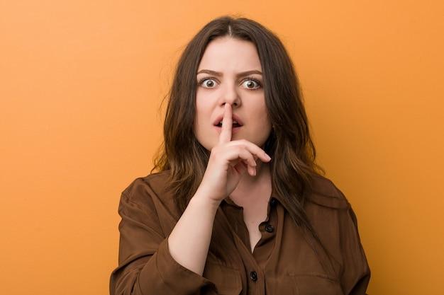 Giovane donna russa formosa che mantiene un segreto o chiede silenzio.